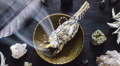 Smudging är en reningsritual som används och har använts av ursprungsfolk i tusentals år för att rena, balansera och välsigna personer, föremål eller en plats.