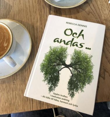 En recension av boken Och andas av Rebecca Dennis